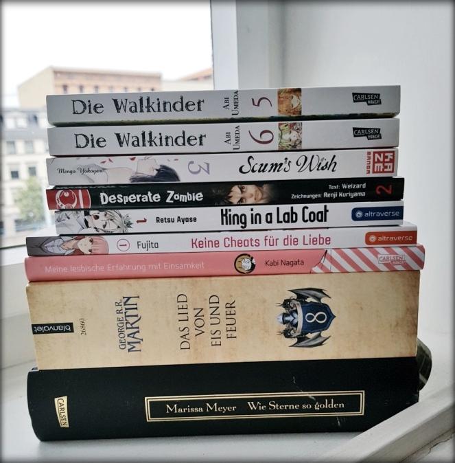 Ein Stapel aus den im Artikel aufgezählten Büchern und Manga.